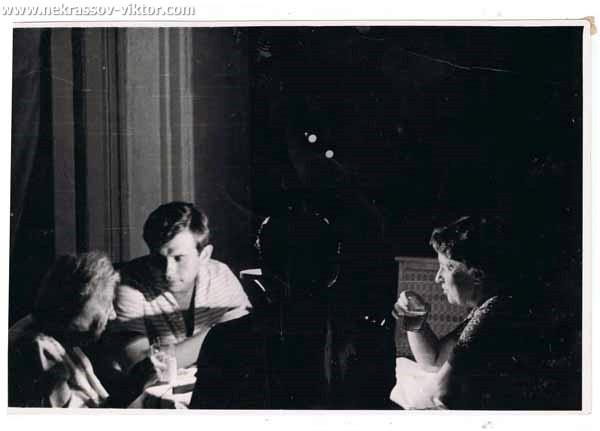 Зинаида Николаевна Некрасова, Виктор Кондырев, Рая Волынская, жена Леонида Волынского, Ялта 1965. Фотография Виктора Некрасова
